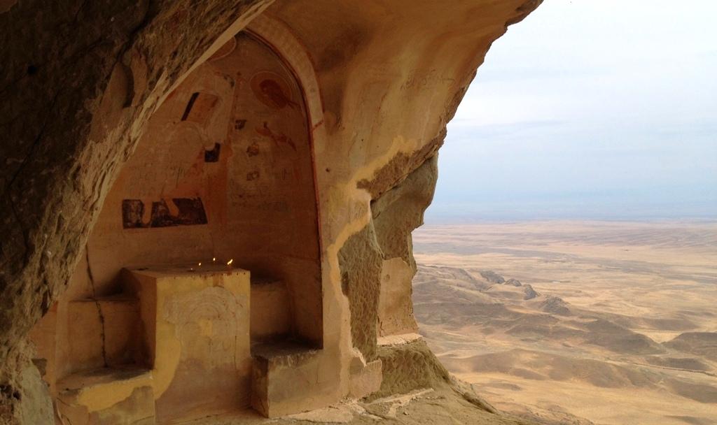 Opuszczone świątynie - wykute w skale.